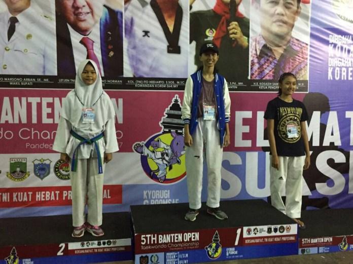 Novrika (tengah) saat meraih juara 1 di kejuaraan 5th Banten Open
