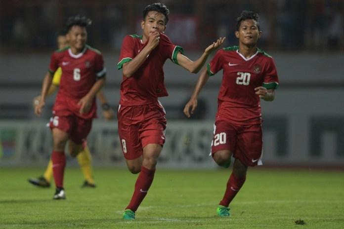 Pesepak bola Timnas Indonesia U-16 setelah berhasil mencetak gol ke gawang Timnas Singapura U-16. Foto: ANTARA