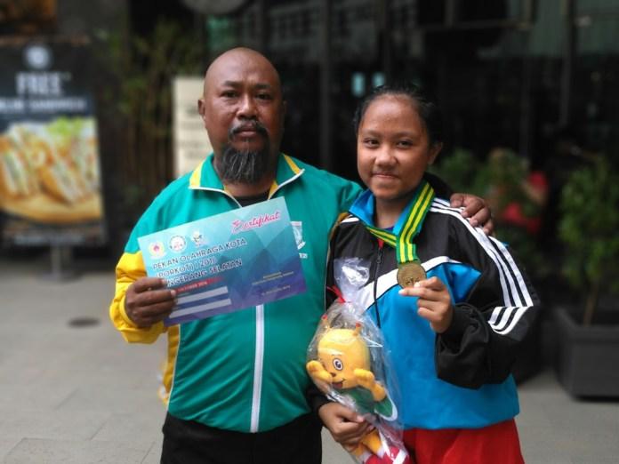 Nadia bersama ayahnya yg selalu mendampingi dalam setiap pertandingan tinju