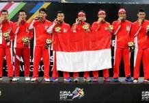 Tim bulu tangkis putra Indonesia berpose dengan medali emas beregu putra yang didapat setelah mengalahkan Malaysia pada final SEA Games 2017 yang berlangsung di Axiata Arena, Bukit Jalil, Kamis. Foto: Bolasport