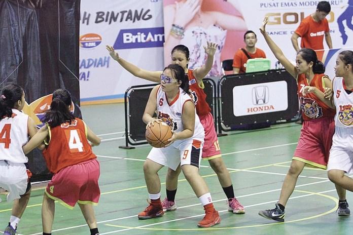 Pemain SMAN 8 Pekanbaru - A (putih) berusaha melepaskan diri dari pemain SMKN 1 Pangkalan-kerinci pada laga Loop 3x3 Competition, Senin (9/10/2017).(Foto: Defizal/Riau Post)