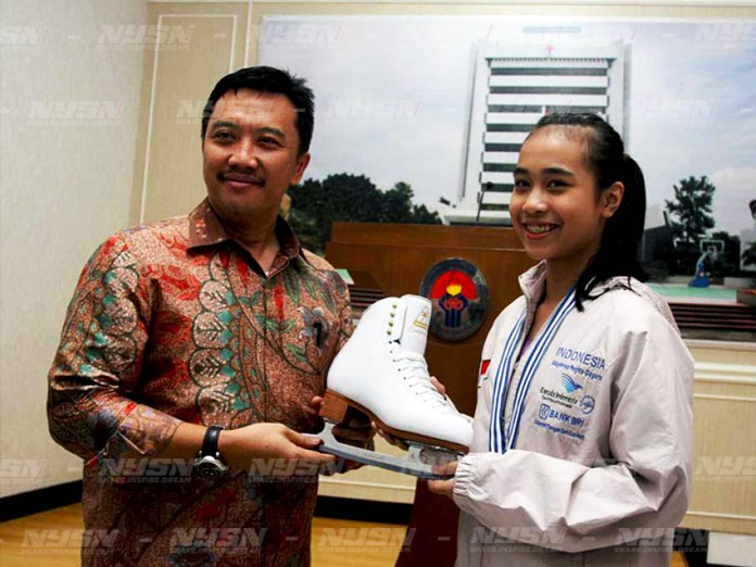 Imam nahrawi (Kiri)) Menteri Pemuda Dan Olahraga menyerahkan penghargaan tertinggi dari kepada atlet ice skating Maghrisa Regita Maharrani Trah Gagarin atas prestasinya di olahraga Ice Skating