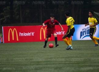 Univesitas UPH (Seragam Merah) Menghadapi Universitas Indonesia (Seragam Kuning) di Ajang LIMA Football, Stadion UI, Depok, Kamis (16/11)
