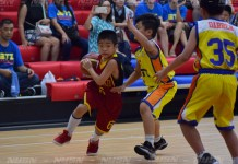 Pemain-Cakra-Sakti-(Merah)-berusaha-membawa-bola-dan-dihadang-pemain-Jetz-(Kuning)