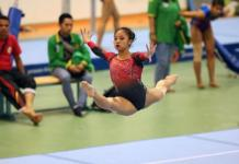 Aksi salah satu atlet senam junior DKI Jakarta, dalam nomor senam artistik PON Jawa Barat, pada 2016. (liputan6.com)