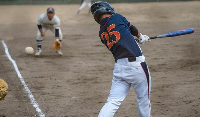 Aksi salah satu atlet softball di kejuaraan tingkat nasional. (extrajossbar.com)
