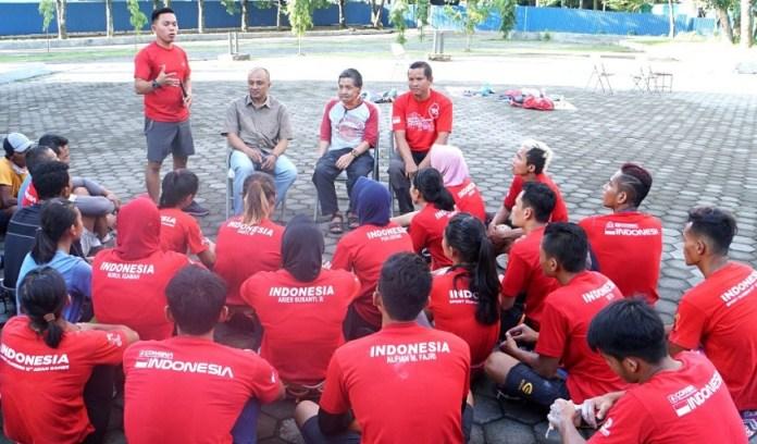 Pendaki legendaris Mohammad Gunawan, atau Kang Ogun (duduk di tengah), mengunjungi Pelatnas Panjat Tebing guna memberi semangat para atlet. (FPTI)