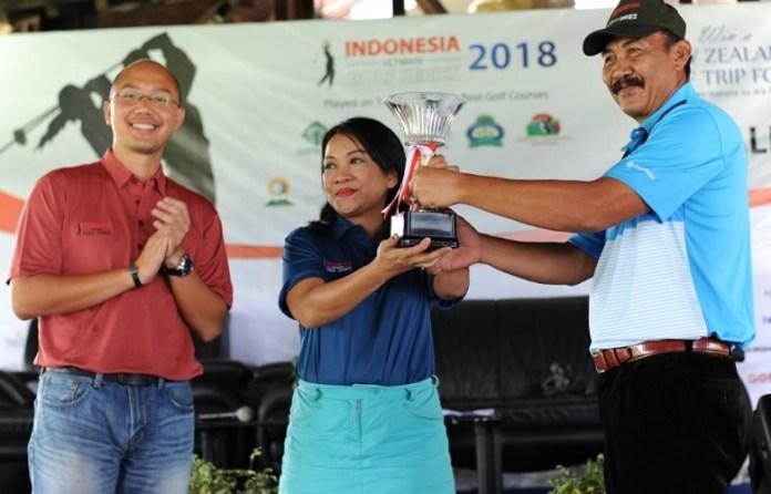 Cahaya Oktora Marpaung, founder Indonesia Ultimate Golf Series (tengah) secara simbolis menerima piala IUGS 2018 yang mulai bergulir sejak April hingga September 2018. (Pras/NYSN)