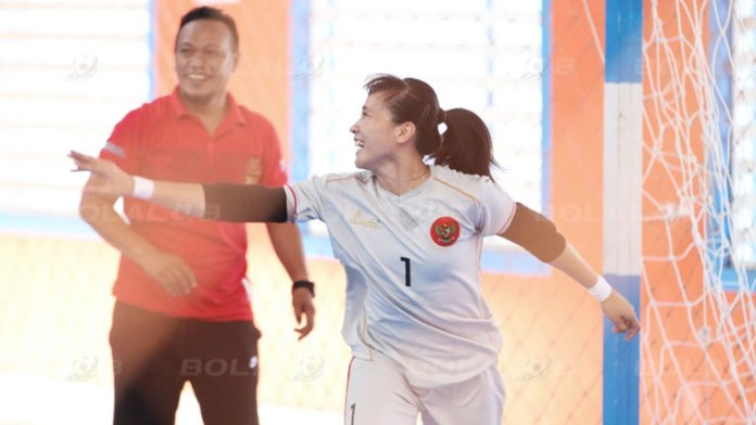 Kiper Timnas Futsal Putri asal Klub Kebumen Angels, Citra Adisti (1), saat berlatih di lapangan Score Futsal Stadium, Purwokerto, jelang TC dan seleksi. (bolalob.com)