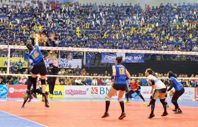 Tim Putri Bandung Bank BJB Pakuan (biru) tak patah semangat walau kalah di partai final Putri Proliga 2018 dari Pertamina Jakarta Energi. (krjogja.com)