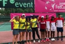Tim Putri Piala Fed Junior Indonesia (merah), berfoto dengan tim Fed Junior Australia, usai kalah 0-2 di partai final Kualifikasi. (net)