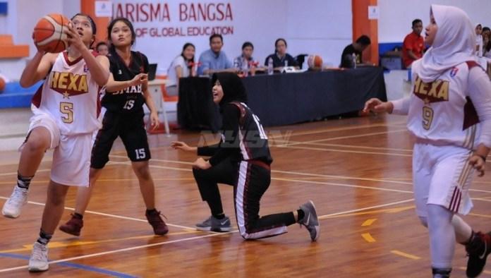 Tim putri SMAN 6 Depok (putih) melaju ke babak final NYSN High School Basketball Cup 2018, usai menang WO atas SMAN 13 Depok, Senin (30/4). (Pras/NYSN)