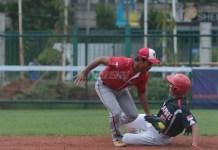 Timnas Indonesia (merah) sukses menekuk permainan Singapura dengan poin 8-2, pada event Kejuaraan Sofbol Piala Asia ke-10, di Senayan, Jakarta. (bola.com)