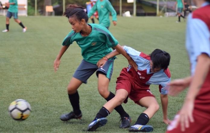 Timnas Putri Senior (hijau) kesulitan mencari lawan uji tanding yang sepadan. Pada Rabu (4/4), Timnas unggul 21-0 dari tim putri Bina Nusantara (Binus). (Ham/NYSN)