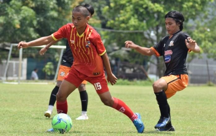 Villa 2000 (hitam) takluk dari tim Porda Bogor (merah) dengan skor 2-3, dalam laga uji coba pada Sabtu (7/4), di lapangan Villa 2000, Pamulang Selatan. (Ham/NYSN)