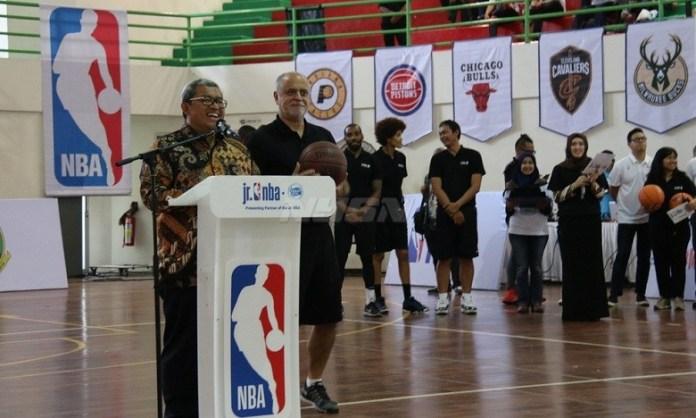Ahmad Heryawan (Gubernur Jawa Barat) membuka secara resmi kegiatan Akademi Pelatih Jr.NBA di Bandung, Jawa Barat, Rabu (2/5). (net)