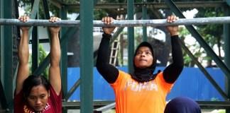 Aries Susanti dkk wajib melakukan latihan pull up ratusan kali di rumah mereka, disela-sela liburan lebaran Pelatnas Asian Games 2018. (fpti)