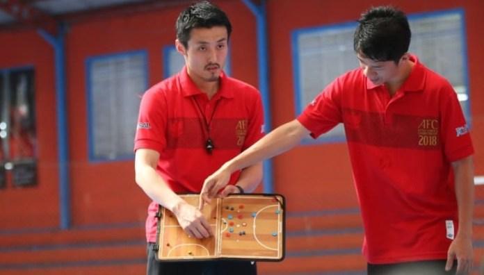 Pelatih Timnas Futsal Indonesia, Kensuke Takahashi (kiri), akan didampingi tiga pelatih lokal, saat membentuk Timnas Futsal U-20. (kumparan.com).