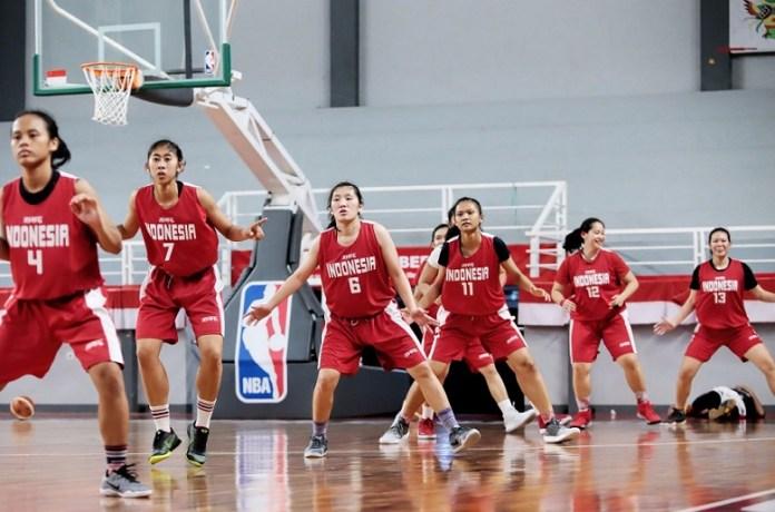Timnas putri Asian Games 2018 melakukan laga uji coba melawan Tim basket Putra Gading Muda usia 17 tahun (U-17) pekan lalu di Cirebon. (srikandicup.com)