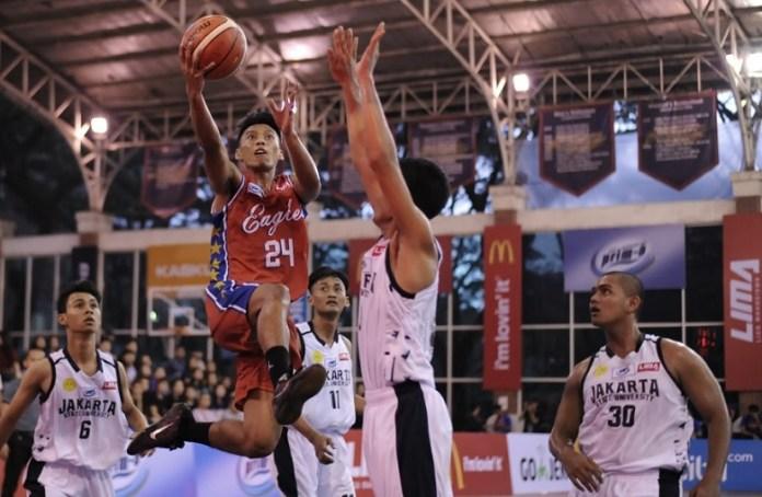 Tim putra Universitas Pelita Harapan (UPH-merah) menggulung Universitas Negeri Jakarta (UNJ) dengan skor 100-14, pada Selasa (26/6), dalam LIMA Basketball: Air Mineral Prim-A GJC 2018. (Pras/NYSN)