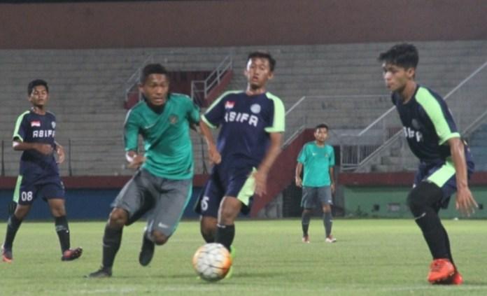 Gelandang Timnas U-16 Muhammad Fajar Fathur Rahman (hijau), berusaha melewati hadangan dua pemain Akademi ASIFA U-16 Malang, di Stadion Gelora Delta, Sidoarjo. (suryakabar.com)
