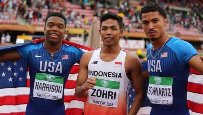 Lalu Mohammad Zohri (tengah) diapit dua pelari asal Amerika Serikat, Eric Harrison dan Anthony Schwartz, usai merebut medali emas nomor lari 100 meter pada Kejuaraan Atletik Junior Dunia 2018 (Twitter IAAF)