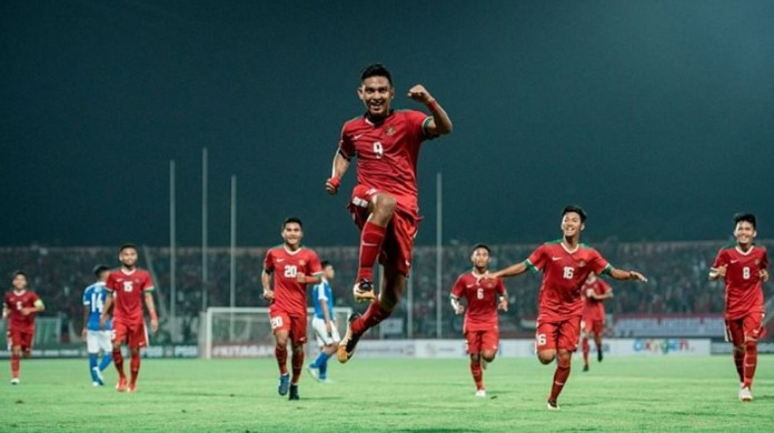 Striker Timnas U-19 asal klub Mitra Kukar, Muhammad Rafli Mursalim (9), mecentak gol tunggal kemenangan Timnas U-19 atas Vietnam U-19, dan meloloskan Indonesia ke semifinal Piala AFF U-18. (okezone.com)