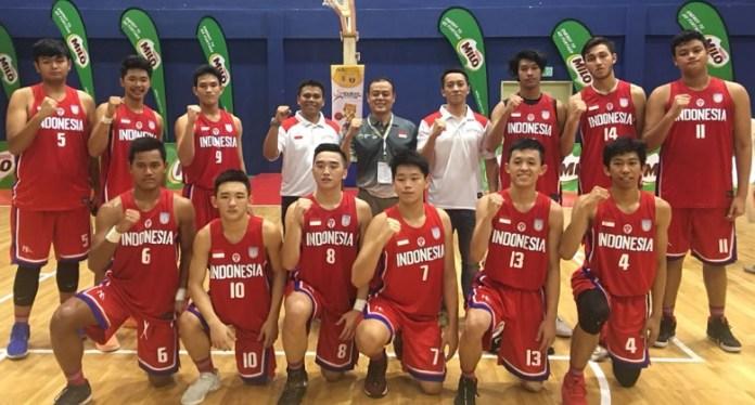 Siswa Sekolah Kharisma Bangsa Sadam Asyurna (berdiri ketiga dari kiri no.9) dipercaya masuk skuat timnas basket ASEAN School Games X 2018, di Malaysia. (Adt/NYSN)