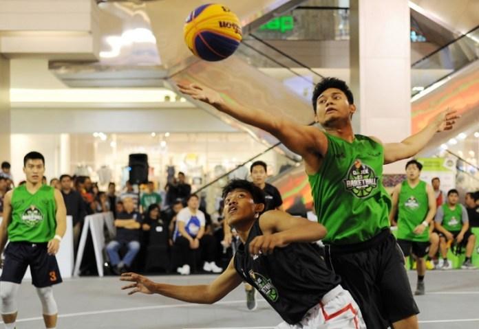 Tampil Tanpa Beban di final IBL Gojek 3x3 Basketball Indonesia Tour 2018 – Jakarta Usia (U) 18 Tahun, Tim Cool Boyz (hijau) sukses mengalahkan tim Lantak Laju dengan skor 12-7, di Mall Kota Kasablanca. (Pras/NYSN)