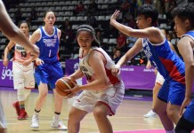 Power forward Timnas Basket Putri Indonesia, Priscilla Annabel Karen (10), berusaha menjaringkan bola, meski dihadang pemain Taiwan. Indonesia akhrinya menyerah dengan skor telak 51-115, pada Selasa (21/8). (Riz/NYSN)