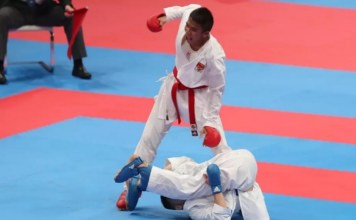 Rifki Ardiansyah Arrosyiid, seorang Sersan Dua (Serda) TNI, mempersembahkan medali emas ke-11 untuk Indonesia di Asian Games 2018, usai tampil di babak final nomor pertandingan Kumite -60 kilogram, di Plenary Hall, JCC Senayan, Jakarta Pusat, Minggu (26/8). (liputan6.com)
