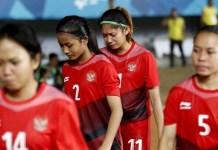Anggota Timnas Sepak bola Putri Indonesia, Zahra Musdalifa (11) tak kuasa menahan airmatanya, usai dibantai 12-0 oleh tim Korea Selatan, dibabak penyisihan Grup A. Laga ini berlangsung di Stadion Gelora Sriwijaya, Palembang, pada Selasa (21/8). (Detik.com)