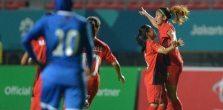 Gelandang Timnas Putri Indonesia, Zahra Muzdalifah, melakukan selebrasi, usai mencetak gol ke gawang Maladewa. Indonesia akhirnya unggul 6-0, pada laga perdana penyisihan Grup A Asian Games 2018, di Stadion Gelora Sriwijaya, Palembang, Kamis (16/8).