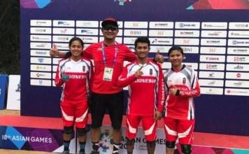 Atlet balap sepeda gunung, Khoiful Mukhib dan Tiara Andini Prastika, mengawinkan medali emas putra dan putri Asian Games 2018, usai menjadi yang tercepat masing-masing di nomor Downhill. (bisnis.com)