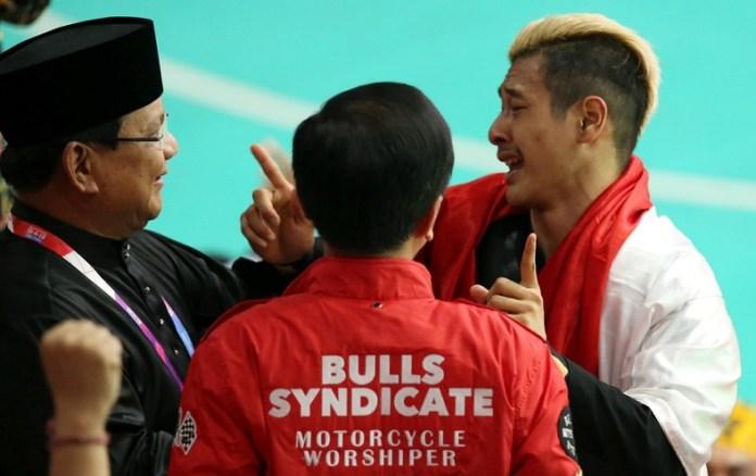 Presiden Joko Widodo dan Ketua Umum PB IPSI, Prabowo Subianto, sempat dipeluk pesilat Hanifan Yudani Kusumah, yang meraih emas di kategori tarung kelas C (55-60) kg putra, di Padepokan Pencak Silat Taman Mini Indonesia Indah (TMII), Rabu (29/8). (KOMPAS.com)
