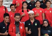 Lalu Muhammad Zohri (berpeci putih) mendapat hadiah berupa umroh gratis dari ustadz Adi Hidayat, Direktur Quantum Akhyar Institute, usai menjadi juara dunia atletik U-20, di Finlandia. (Pras/NYSN)