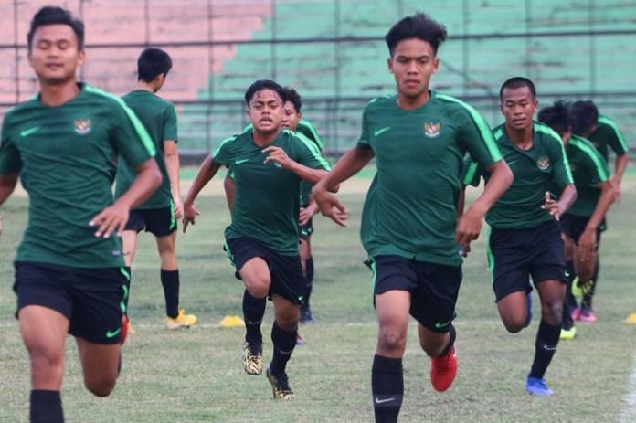 Usai menjalani pemusatan latihan Stadion Teladan, Medan, Sumatera Utara, Timnas U-16 bertolak ke Kuala Lumpur, Malaysia, pada Rabu (29/8) dan akan beruji coba dengan beberapa tim, salah satunya Timnas Oman U-16, jelang Piala Asia U-26 2018. (antarafoto.com)