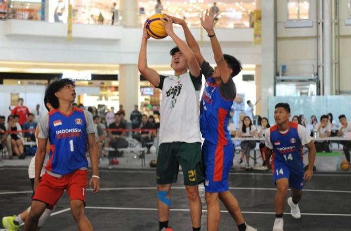 Tim Cool Boyz (hijau) sukses mengalahkan tim Indonesia Muda (biru) dengan skor tipis 9-8, pada laga perdana King Basketball 3x3 Volume 2, di Atrium Mall @Alam Sutera, Kota Tangerang, Banten. (Pras/NYSN)
