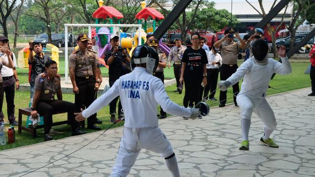 Kakorlantas Polri Irjen Royke Lumowa (duduk) saat mengunjungi venue Asian Games 2018 cabang olahraga modern pentathlon di SMA Adriya Pratama Mulya, Tigaraksa, Kabupaten Tangerang. (tribunnews.com)