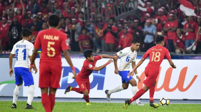 Timnas U-16 (merah) akhirnya melangkah ke babak perempat final Piala Asia U-16 2018, usai bermain imbang 0-0 melawan Timnas India U-16, pada laga pamungkas Grup C, di Stadion Bukit Jalil, Kuala Lumpur, Kamis (27/9). (AFC.com)