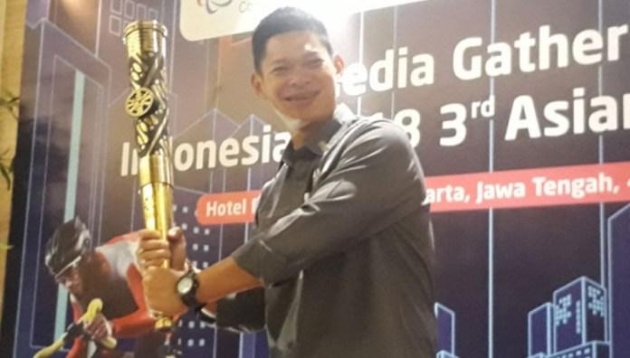 Presiden Indonesia Asian Para Games 2018 Organizing Committee (INAPGOC) Raja Sapta Oktohari berpose dengan api abadi Asian Para Games III/2018, yang diambil dari kawasan Mrapen, Kabupaten Grobogan, Jawa Tengah (Jateng), pada Rabu (5/9). Dan, Solo, Jateng, mennjadi kota pertama dari delapan kota, pawai obor Asian Para Games III/2018. (poskotanews.com)