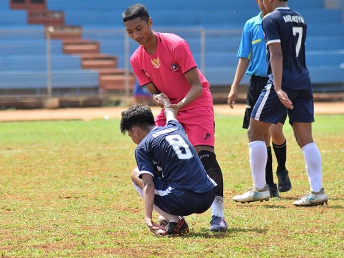 Dua pemain yang menunjukan sportifitas di salah satu pertandingan Football For Peace