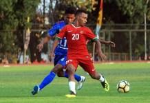 Striker Timnas U-19 Todd Rivaldo Ferre (20), berebut bola dengan pemain Persibara Banjarnegara, pada laga uji coba kedua TC Piala Asia U-19, di Stadion Universitas Negeri Yogyakarta (UNY), Sabtu (8/9). Timnas U-19 menang tipis 2-1 pada laga ini. (kampiun.id)