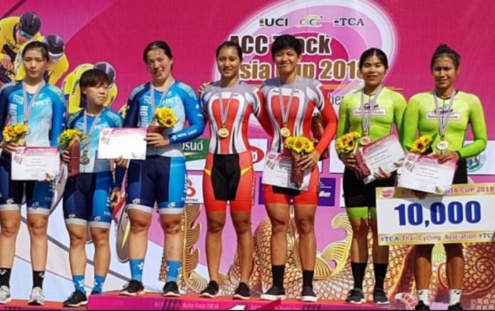 Pebalap tim sprint putri Indonesia, Crismonita Dwi Putri dan Elga Kharisma Novanda (merah/tengah), berpose usai menerima medali emas pada kejuaraan