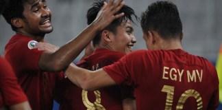 Kemenangan 3-1 Timnas U-19 Indonesia atas Timnas U-19 Taiwan, tak lepas dari performa gelandang kelahiran Palu 17 tahun lalu, Witan Sulaeman (8/tengah). Jebolan SKO Ragunan ini menyumbang dua gol dan satu assist, pada laga perdana Grup A Piala Asia U-19 2018, di Stadion Utama Gelora Bung Karno (SUGBK), Senayan, Jakarta, Kamis (18/10). (Pras/NYSN)