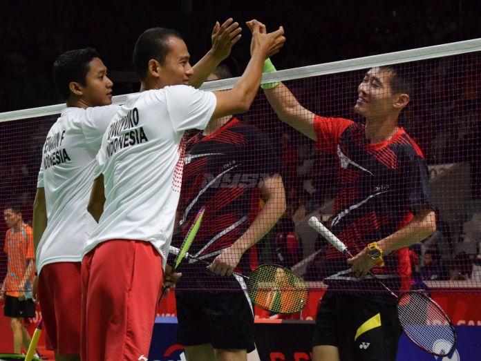 Dwiyoko dan Fredy Setiawan bersalaman dengan pasangan Hsing Chih Huang dan En Chuan Yeh asal Taiwan setelah berhasil lolos ke semifinal dengan straight game, 21-15, 21-4 di Istora Senayan, Jakarta(11/10).(Rizal/NYSN)