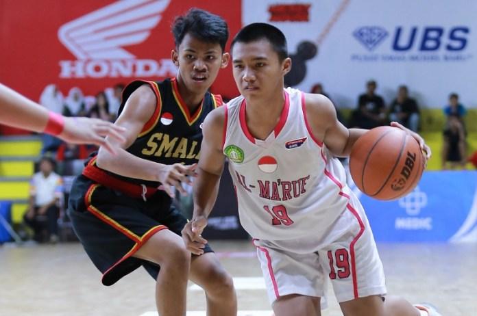 Tim putra SMA Islam Al Ma'ruf (putih), yang secara tak terduga menumbangkan SMAN 54 Jakarta, dengan keunggulan tipis 23-20, di GOR Pulogadung, pada Selasa (30/10), bakal melakoni battle of semifinals Honda Developmental Basketball League (DBL) DKI Jakarta Series 2018 – East Region, melawan SMAN 61. (DBL)