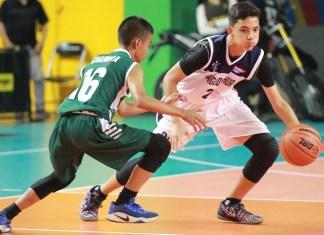 Forward SMA Pangudi Luhur, Alvien Hugo Pramono (25/putih), membantu timnya menumbangkan SMAN 43 Jakarta, dengan skor 48-25, di GOR Bulungan, pada Senin (15/10). Di laga berikutnya bakal menantang SMAN 3. (DBL)