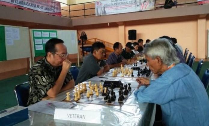 MI Roni Gunawan dari Jawa Timur (kiri) sedang bertanding ketat dengan MN Sodung Tampubolon (Banten) di kategori veteran babak ke-5, Kejurnas Catur ke-47, di Banda Aceh, Sabtu (13/10). (waspadaaceh.com)