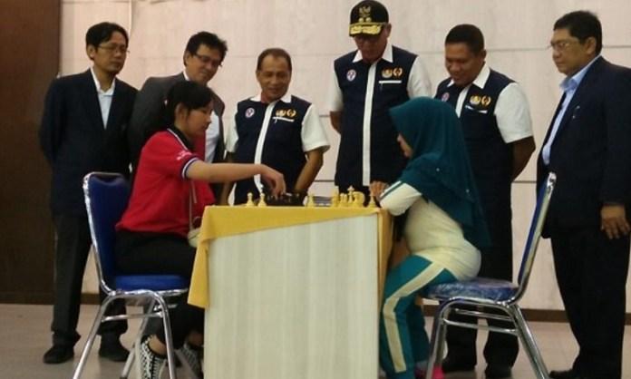 Disaksikan Pj Gubernur Aceh, Ir H Nova Iriansyah MT (bertopi), sebanyak 496 pecatur dari 25 provinsi, bertarung dalam Kejuaraan Nasional (Kejurnas) Catur ke-47 di Hall Serbaguna, Komplek Stadion Harapan Bangsa, Lhong Raya, Banda Aceh, dari 10 - 16 Oktober 2018. (serambiindonesia.com)